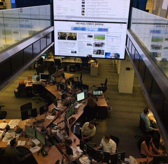 월스트리트저널(WSJ)의 뉴스룸 전경. 2개 층 사이에 설치된 거대한 화면에는 많이 본 디지털 뉴스의 순위가 실시간으로 올라온다. [뉴욕=심재우 특파원]