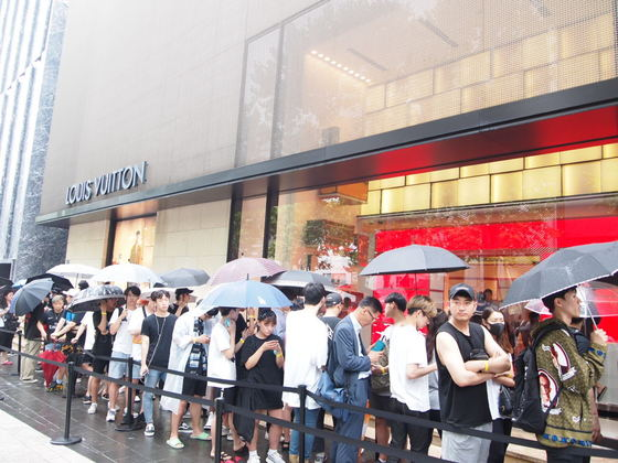 지난 7일 서울 청담동 루이비통x슈프림 팝업 매장 앞에 사람들이 길게 줄을 서 있다. 유지연 기자.