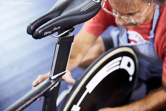 실시간 데이터 측정을 위해 미국 여자 사이클팀의장비에 모바일 장치를 부착하는 장면.