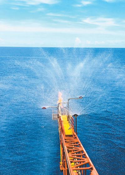 중국 국토자원부가 9일 남중국해 선후 해역에서 불타는 얼음으로 불리는 천연가스하이드레이트를 시추하고 있다. [사진=중국국토자원부]