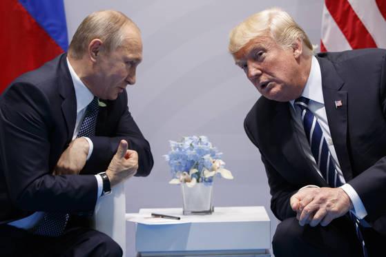 7일(현지시간) 독일 함부르크에서 열린 G20 정상회담에서 만난 블라디미르 푸틴(왼쪽)러시아 대통령과 도널드 트럼프 미국 대통령. [AP=연합뉴스]