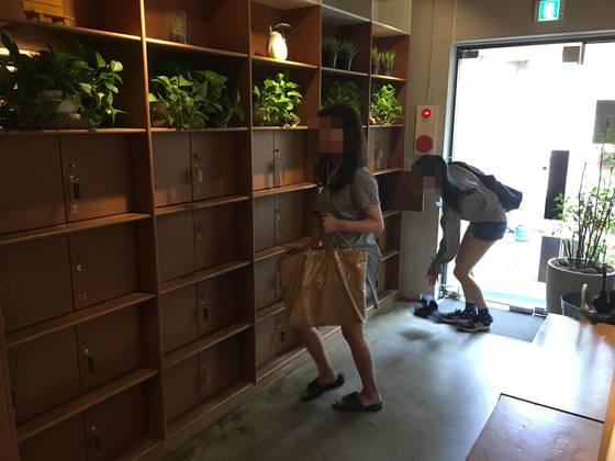 6월 30일 오후 서울 연남동의 그림책카페 '달달한작당'을 찾은 손님들이 자신의 신발을 벗어 신발장 안에 넣고 있다.