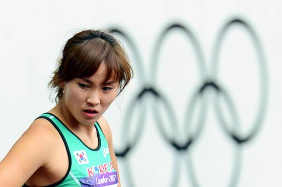 2012 런던올림픽 육상대표팀의 정혜림이 6일 런던 올림픽 스타디움에서 열린 여자 100m 허들 1라운드에서 레이스를 마친 뒤 트랙에서 퇴장하고 있다.정혜림은 지난해 대구세계육상선수권대회에서 빼어난 미모로 인기몰이했던 '얼짱 허들러'. 대구세계육상선수권대회 참가 등을 통해 세계적인 선수와의 격차를 조금씩 좁혀 나가면서 한국 육상의 기대주로 관심을 모으고 있다. 이날 경기에서는 13.48초의 기록으로 조 7위에 랭크됐다.[ 올림픽사진공동취재단 ]