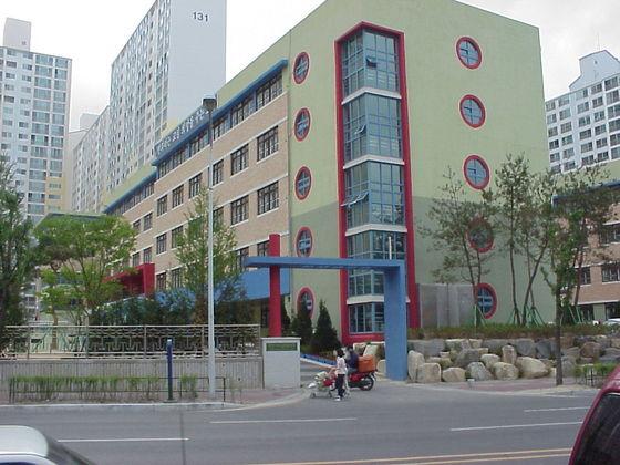 """지난해 연말 서울에서 '서울 공립학교 시설 개방 및 이용에 관한 조례'가 통과됐다. 공립학교는 운동장·체육관·교실 등의 학교 시설을 일반 시민에게 적극적으로 개방해야 한다는 내용이다. 하지만 학교 개방을 조례에서 의무화 하는 것은 초·중등교육법을 위반한 것이라는 유권해석이 나왔다. 서울교육청은 """"이미 조례가 자리잡았다""""며 법규 위반 상황을 해소할 움직임을 보이지 않고 있다. [중앙포토]"""
