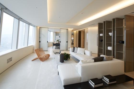 국내 최고층이자 최고가 오피스텔인 '시그니엘 레지던스'는 서울 잠실 롯데월드타워의 42~71층에 들어섰다. 전용면적 252㎡ 오피스텔의 거실은 한 면 전체가 라운드 형태의 통유리다.