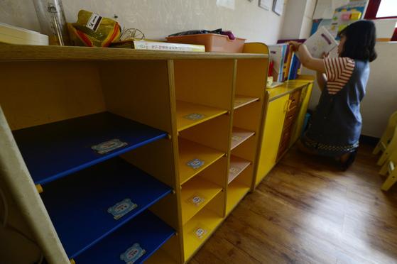 한 어린이집에서 보육교사가 빈 교실을 정리하고 있다. 홍철호 의원에 따르면 어린이집이나 유치원에 다니는데도 양육수당을 받은 아동이 3년간 4551명인 것으로 나타났다. [중앙포토]