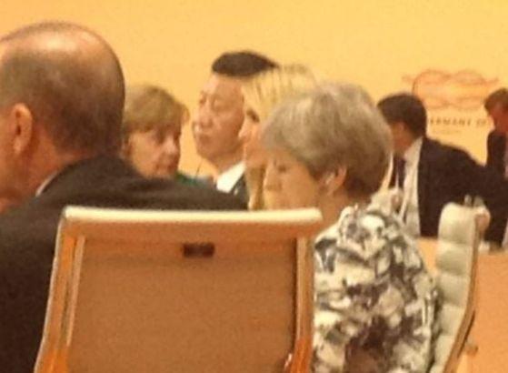 8일 G20 회의 중 시진핑 중국 주석과 테리사 메이영국 총리 사이에 앉은 이방카 트럼프. [트위터 캡처]