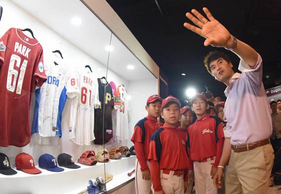 박찬호 선수가 서울 갈산초등학교 야구팀 선수들에게 특별전시를 소개하고 있다.