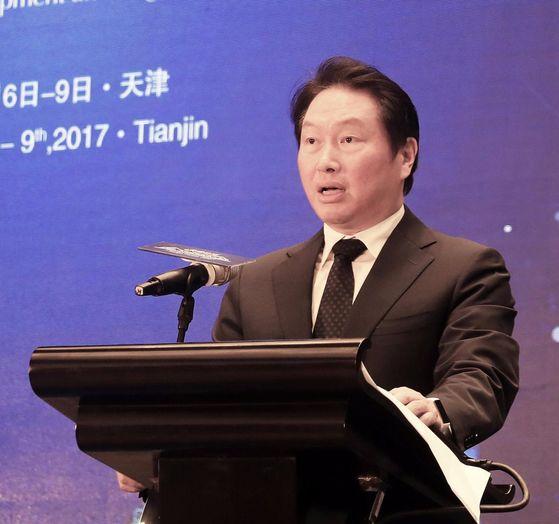 최태원 SK 회장이 지난 7일 '톈진포럼 2017'에참석해 개막식 축사를 하고 있다. [사진 SK그룹]