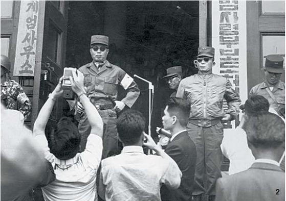 1961년 5월 20일 계엄사무소 앞의 장도영 국가재건최고회의 의장 겸 내각 수반(왼쪽)과 박정희 최고회의 부의장. [중앙포토]