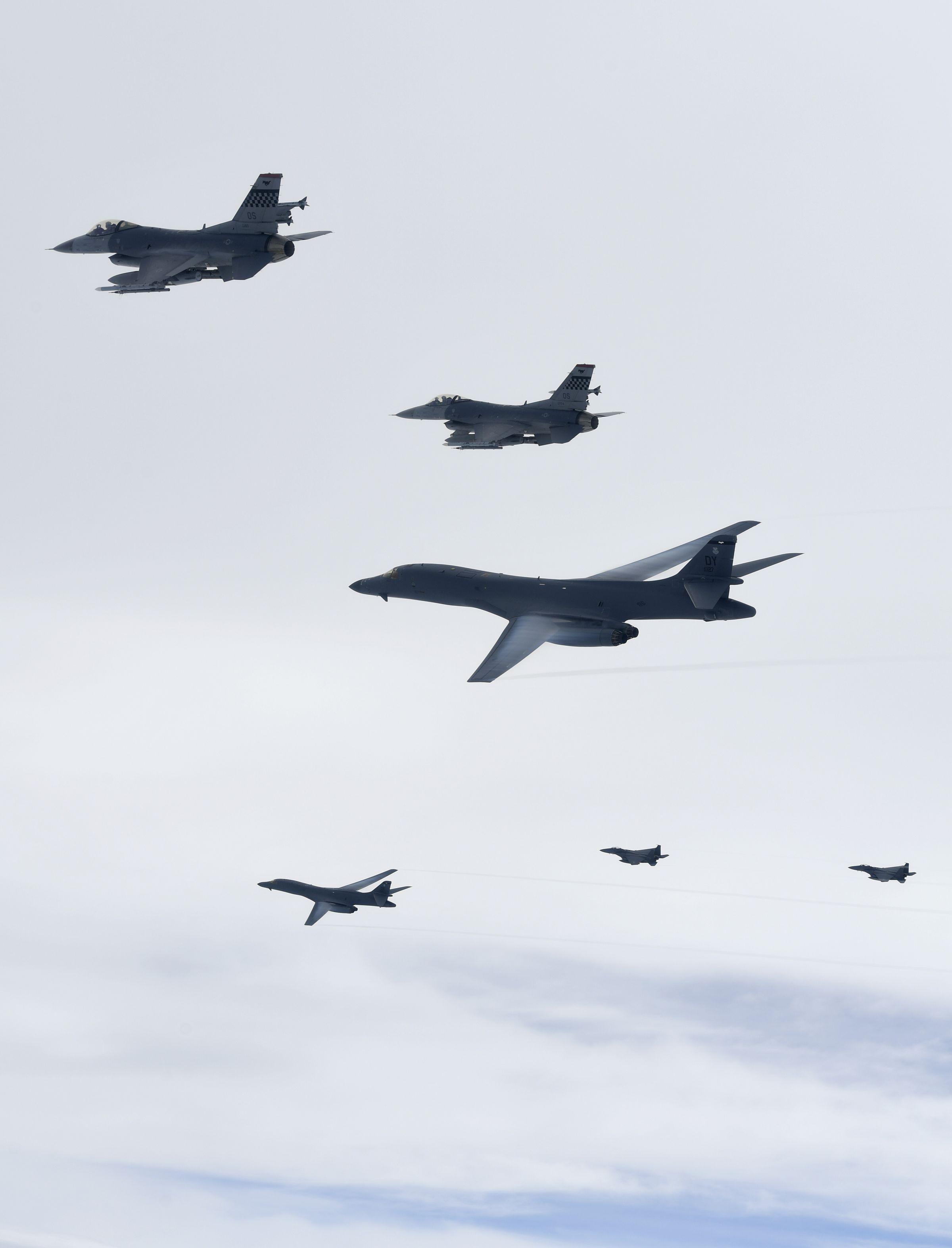 美 전략폭격기 B-1B가 한국 공군 F-15K, 美공군 F-16 전투기의 공중 엄호를 받으며 한반도 상공을 비행하고 있다. [사진 공군]