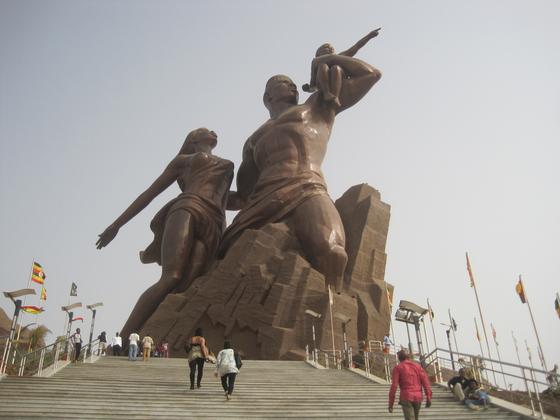 만수대창작사가 만든 세네갈의 '아프리카 르네상스 기념상'. 2010년 완성됐으며 높이는 약 50m다. 북한은 기념상 제작비로 2700만 달러를 받았다. 만수대창작사가 해외에 대형 조형물을 수출하고 벌어들이는 외화는 대량살상무기 개발 자금으로 전용되고 있다. [중앙포토]