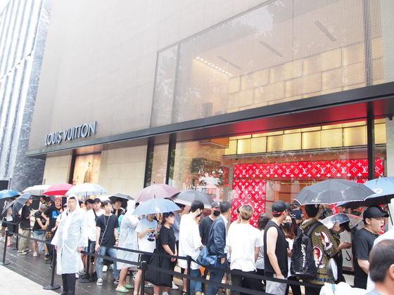 7월 7일 서울 청담동 루이비통슈프림 팝업 매장 앞에 길게 줄 선 사람들. [유지연 기자]