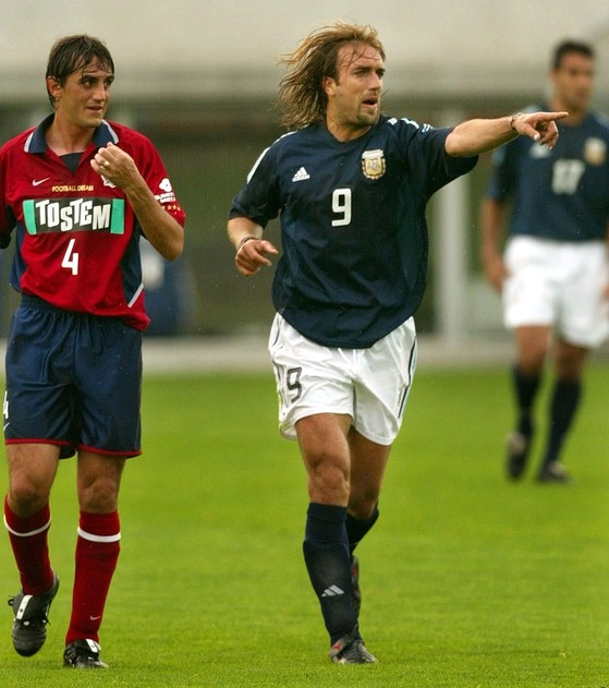 [WC02 ARG JPN SOC]Argentine forward Gabriel Batistuta, right, gestures to his teammate as Japan's Kashima Antlers Fabino looks on, during a friendly soccer match in Naraha, northern Japan, Thursday, May 23, 2002. Favorite Argentina will play against Nigeria, England and Sweden in Group F at the FIFA 2002 World Cup in Japan. Batistuta who plays for Italy's AS Roma, scored four goals. (AP Photo/Itsuo Inouye) 바티스투타(右)가 경기도중 동료에게 손짓하고 있다.[후쿠시마 AP=연합]