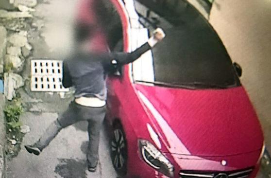 벤츠 차량에 동전 던지는 피의자  (광주=연합뉴스) 11일 광주 동부경찰서는 벤츠 차량에 동전을 던져 유리창을 파손한 40대 남성을 불구속 입건했다고 밝혔다. 사진은 지난달 29일 오후 광주 동구의 한 도로에 주차된 벤츠 차량에 동전을 던지는 피의자의 모습. 2017.7.11 [광주 동부경찰서 제공=연합뉴스]  pch80@yna.co.kr(끝)<저작권자(c) 연합뉴스, 무단 전재-재배포 금지>