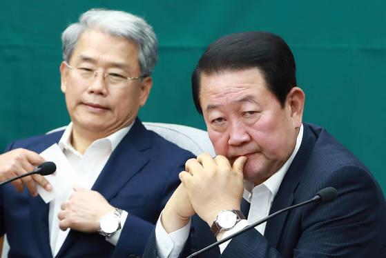 박주선 국민의당 비상대책위원장(오른쪽)과 김동철 원내대표가 11일 오후 국회 본청에서 열린 의원총회에 참석해 한곳을 바라보며 생각에 잠겨 있다. [연합뉴스]