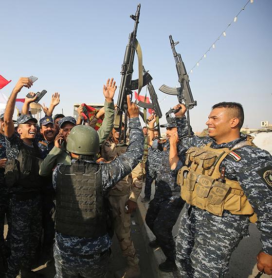 이라크 연방경찰 대원들이 9일 정부의 '모술 해방' 공식 선언 소식을 듣고 환호하고 있다. [AFP=연합뉴스]