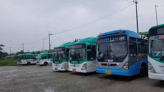 10일 오산교통 차고지에 주차된 버스들. 여성국 기자.