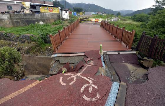 세종지역에 호우주의보가 내려진 지난 10일 오후 게릴라성 폭우로 세종시 부강면의 한 교각이 붕괴직전에 놓여있다. 프리랜서 김성태