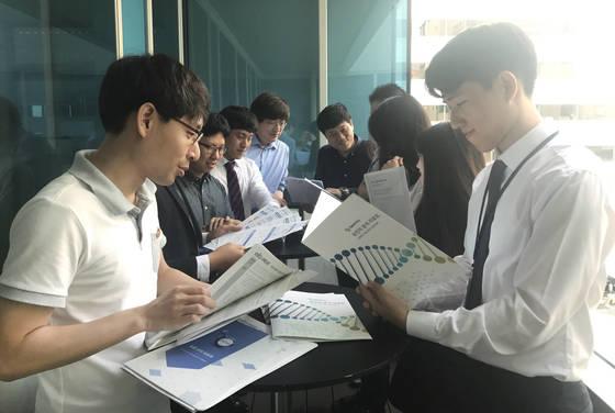 김양석 바이오에이지 대표(왼쪽 네번째)와 임직원들이 서울 강남 봉은사로 소재 본사에서 출시된 제품을 놓고 회의를 하고 있다. [사진 바이오에이지]