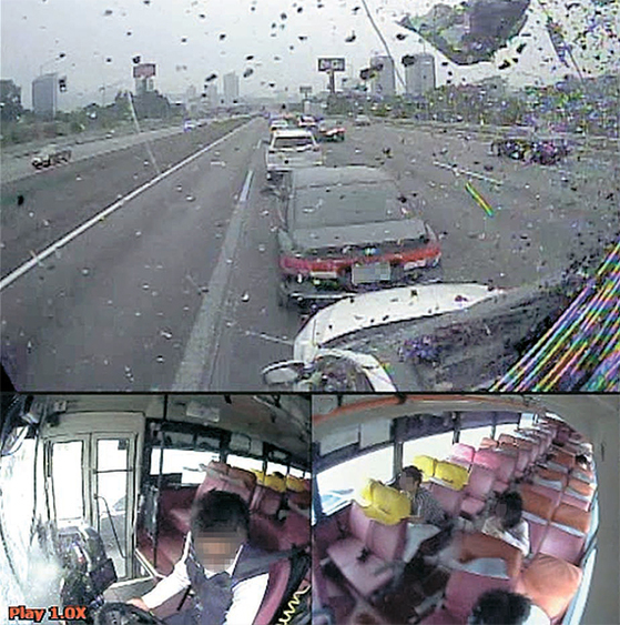 사고 버스의 블랙박스 영상에 찍힌 추돌 당시 상황. 버스가 속도를 줄이지 않고 앞 승용차를 들이받아 파편이 날린다(위). 왼손으로만 운전대를 잡고 있던 버스 기사는 사고 순간 양손으로 운전대를 고쳐 잡았다(아래 왼쪽). 승객들은 앞자리 의자에 머리를 부딪혔다(아래 오른쪽). [사진 서초경찰서]