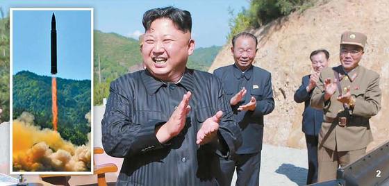 2 북한 김정은 노동당 위원장이 지난 4일 대륙간탄도미사일(ICBM)이라고 주장한 화성-14형 발사 성공을 지켜보며 박수 치고 있다. [조선중앙통신]