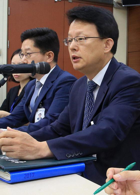 박찬석 감사원 재정·경제 감사국장(오른쪽)이 11일 '면세점 사업자 선정 추진 실태'를 점검한 결과 총 13건의 위법·부당 사항을 적발했다고 밝혔다. [뉴시스]