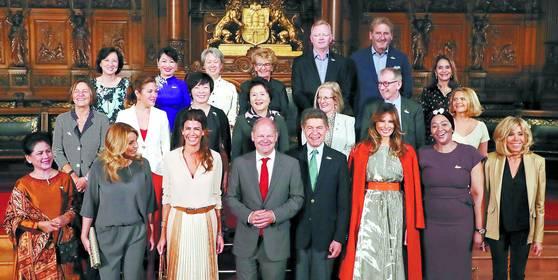 지난 7월 8일 오전 독일 함부르크 시청에서 열린 G20 참가국 퍼스트레이디와 퍼스트맨의 오찬 행사. 이날미국 트럼프 대통령 부인 멜라니아(맨 앞줄 오른쪽에서 세번째)는 오렌지색 코트를 숄더 로빙 스타일로 어깨에 두르고 나타났다. 김성룡 기자