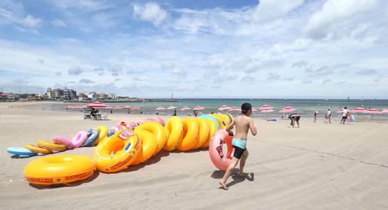제주도 제주시 이호테우해수욕장. 7월 15일부터 한 달간 야간 해수욕을 즐길 수 있는 장소다. [연합뉴스]