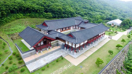 '산림박물관' 전경. 건축연면적 2059㎡의 전통 한옥건물 안에 난대수종과 야생 동물·식물·곤충 표본 등을 전시한 시설이다. 프리랜서 장정필