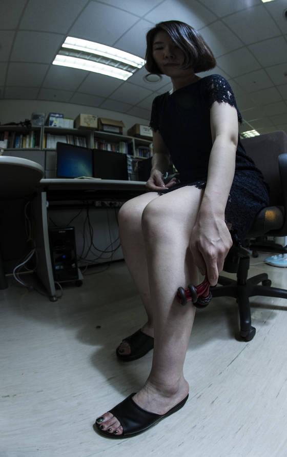 정맥 질환을 앓는 30대 여성이 다리를 마사지하고 있다. 하지정맥류 등정맥 질환은 주로 다리에 나타나며 여성·50대 이상에 많다. [김성룡 기자]