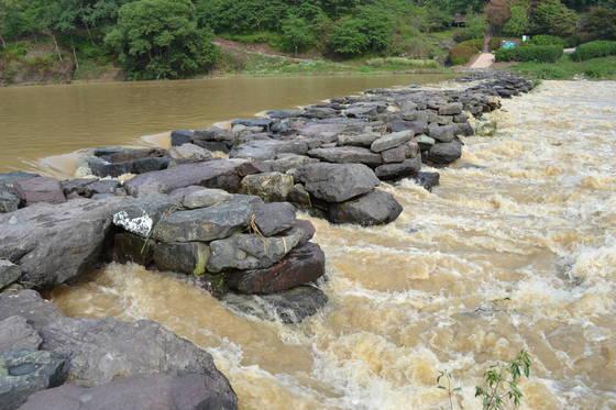 고려 초에 놓인 충북 진천군 문백면 세금천에 놓여진 농다리는 유선형으로 설계돼 물의 저항을 줄인다.[사진 진천군]