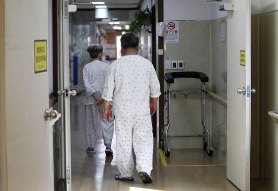 """뇌졸중 수술을 받고 8년 째 경북의 한 요양병원에 입원 중인 이상진(59)씨가지난달 29일 병원 주변을 산책한 후 병실로 돌아가고 있다. 이 씨는""""겉으론 멀쩡해 보여도언제 또 쓰러질지 모른다는 불안감 때문에 병원을 떠나지 못하겠다""""고 말했다.프리랜서 공정식"""