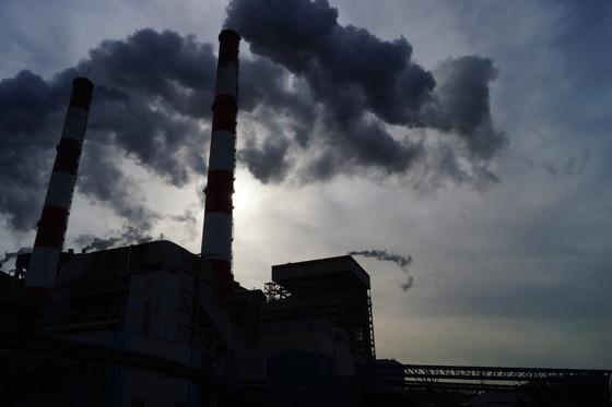 지구온난화의 주범인 온실가스 배출을 줄이기 위해 각국 정부는 세금을 부과하거나 배출권 거래제 등을 도입하고 있다. [중앙포토]