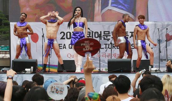 성소수자들의 국내 최대 문화행사인 제17회 퀴어문화축제가 지난해 6월 11일 서울광장에서 열렸다. 당시 동성애를 반대하는 기독교 단체들은 서울광장의 경찰 바리케이트를 둘러싸고 반대 집회를 열었다. [중앙포토]