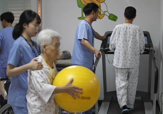 지난달 29일 경북의 한 요양병원에서 환자들이물리치료를 받는 모습. 프리랜서 공정식
