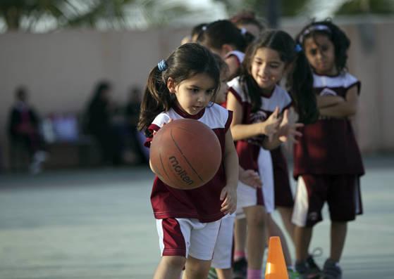 사우디 아라비아의 사립 스포츠클럽에서 농구를 하는 소녀들. [AP=연합뉴스]