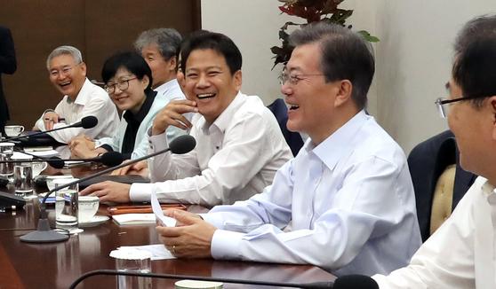 문재인 대통령이 13일 오전 청와대 여민관에서 열린 수석보좌관회의에서 참석자들과 함께 웃음 짓고 있다. [연합뉴스]