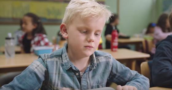 점심시간, 소년의 표정이 왠지 밝지 않다. [사진Bufdir유튜브]