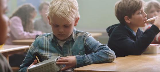 소년이 이상한 낌새를 눈치채고 도시락을 살핀다.[사진Bufdir유튜브]