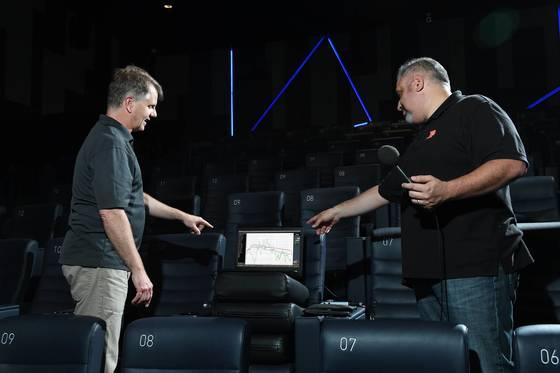 미국 오디오업체 하만의 음향 전문가들이 롯데시네마 월드타워점의 극장 음향을 튜닝하고 있다.[사진 삼성전자]