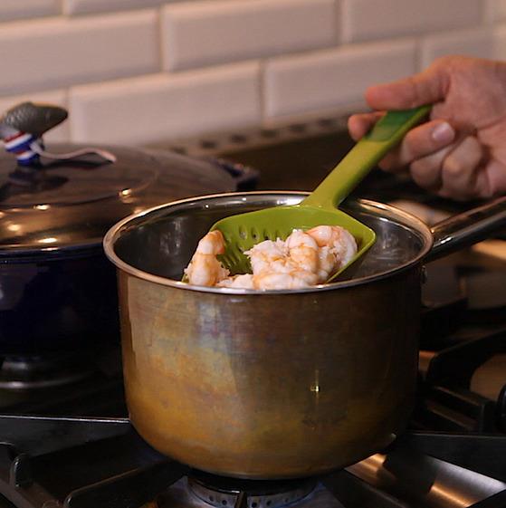 새우를 데칠때는 소금을 약간 넣어 새우의 단 맛이 빠져나가지 않도록 한다.