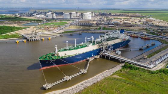 지난달 미국 루이지애나주 LNG 터미널에서 한국으로 보낼 첫 미국산 LNG를 선적하고 있다. [연합뉴스]