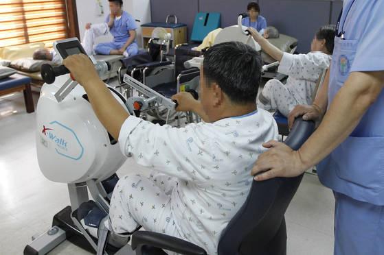 지난달 29일 경북의 한 요양병원에서 사회적 입원 환자 이상진(59)씨가 물리 치료를 받고 있다. 이 씨는 병원에서 물리·재활·한방 치료를하루 2시간 씩 받고 노래부르기 등 프로그램도 빠짐없이 참여한다. 프리랜서 공정식