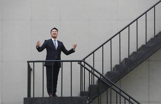 '정신나간 작곡가와 키스하다'란 오페라마 공연을 펼치는 성악가 정경씨가 포즈를 취하고 있다.신인섭 기자