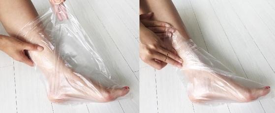 제조한 풋크림을 듬뿍 바르고 난 후 비닐봉지에 발을 넣어 입구를 잘 접어 놓는다.