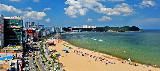 지난달 17일 경북 동해안 해수욕장 중 가장 먼저 개장한 포항 영일대해수욕장 전경.[사진 포항시]