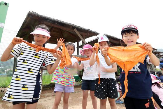 별망초등학교 학생들이 12일 오전 경기도 용인 학일마을에서 황토 천연염색 체험을 하고 있다. [김경록 기자]