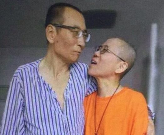 류샤오보(왼쪽)가간암말기 판정을 받고 병원에 입원한 후부터 밤을 새워 병상을 지켰던 아내 류샤. [연합뉴스]