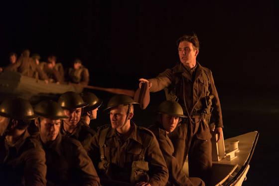 '덩케르크'에서 킬리언 머피(사진 오른쪽)는 '떨고 있는병사(Shivering Soldier)' 역할을 맡았다. 특이하게도 주요 배역 가운데 유일하게 이름이 없다.